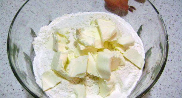 preparazione dei biscotti decorati con cioccolato e cocco step 1