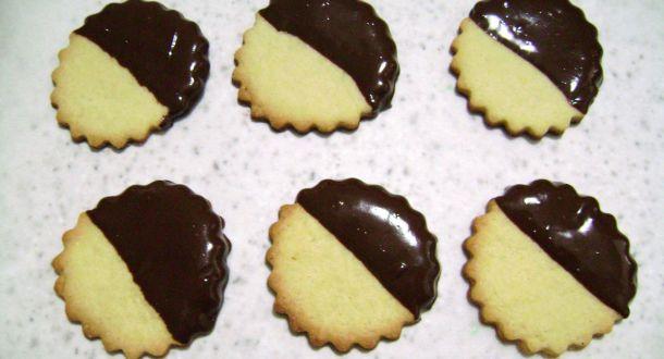 biscotti decorati al cioccolato e cocco pronti