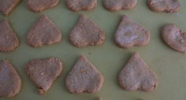 Preparazione dei biscotti agli albumi con le mandorle fase 5