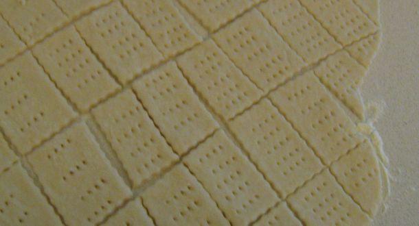 taglio dell'impasto per i biscotti