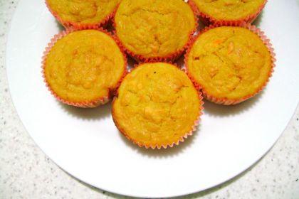 Tortine alle mandorle e carote con succo d'arancia
