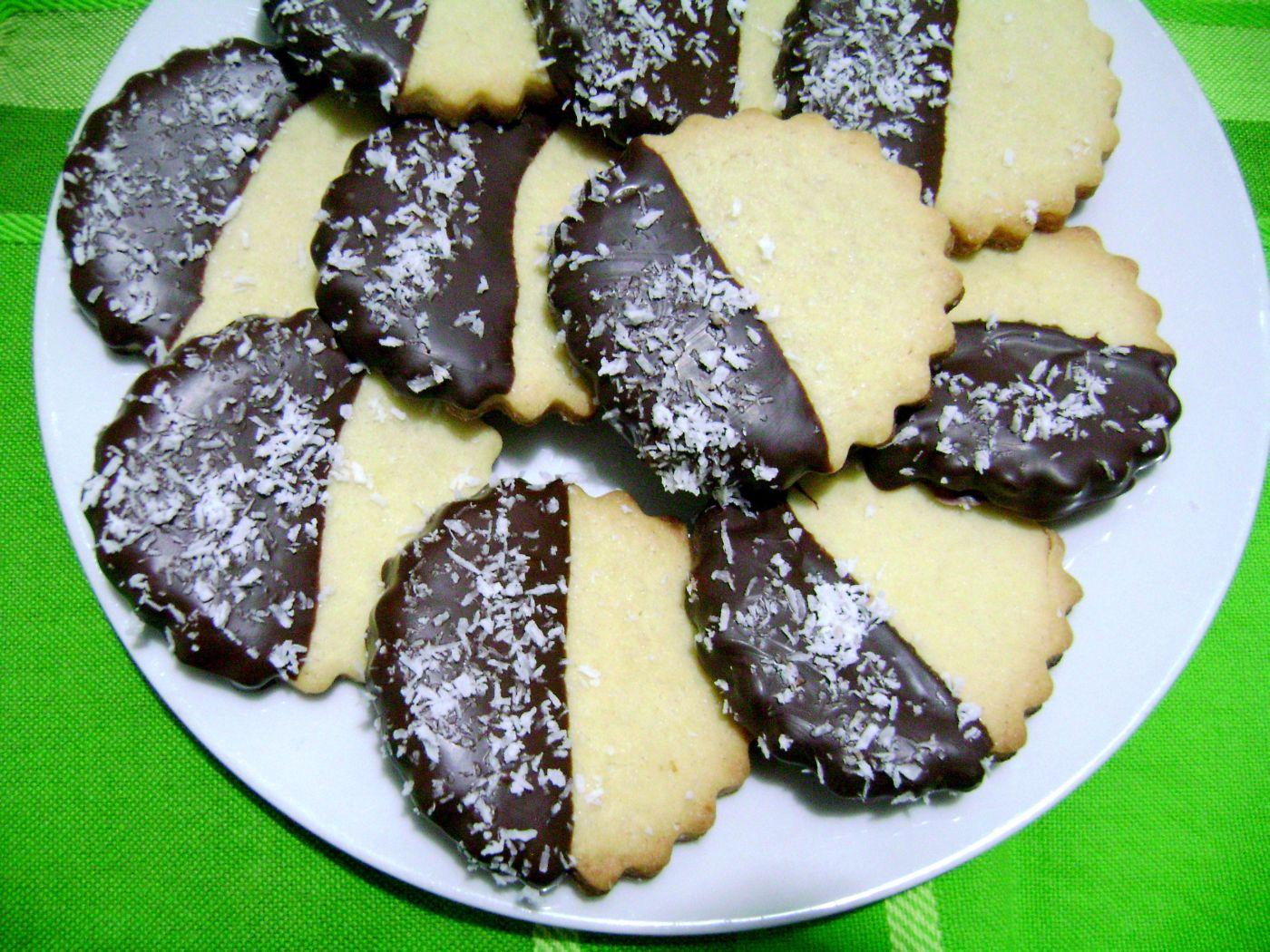 biscotti decorati al cioccolato e cocco