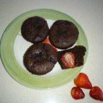 Muffin al cioccolato con cuore di fragola