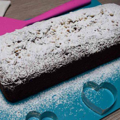 ricetta del plumcake al cacao con yogurt e scaglie di cioccolato bianco